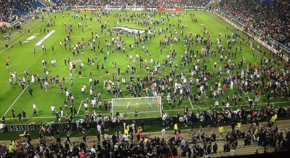 Meciul Lyon-Beșiktaș, disputat cu violențe. Francezii au invadat terenul, fiind atacați cu petarde de fanii turci