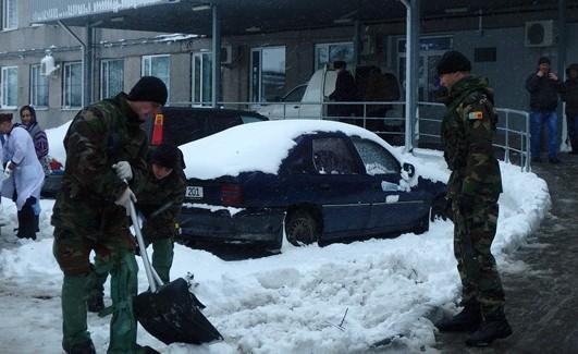 (GALERIE FOTO) Ca la război. Militari și blindate curăță traseele din țară