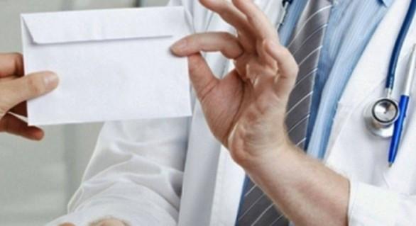 Un chirurg din capitală a primit peste 54 mii de lei de la pacienți în doar nouă zile. Va compărea pe banca acuzaților