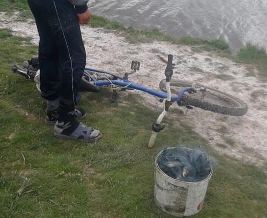 (FOTO) Amatorii de pescuit continuă să încalce legea. În afară de amenzi, ei vor rămâne și fără undițe