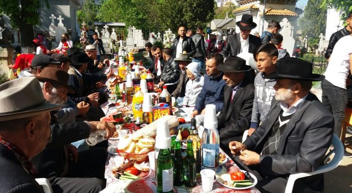 Chef printre morminte. Romii de la Ploiești au încins grătarele și au întins mese copioase în cimitire