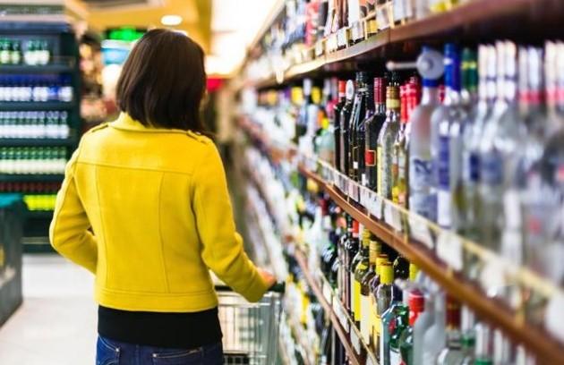 Tinerii care nu au împlinit 21 de ani nu vor putea cumpăra alcool: Ce vor fi obligați comercianții