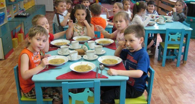 Aproape 50 la sută dintre grădinițele și școlile din Republica Moldova NU respectă un regim alimentar sănătos