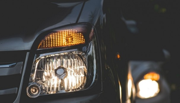 (STUDIU) Cum te poate afecta lumina de la farurile mașinii, în funcție de vârstă