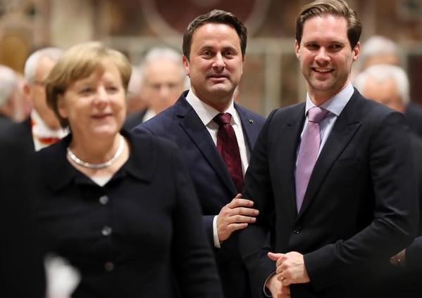 (FOTO) Primul Domn al Luxemburgului, căsătorit cu singurul premier homosexual, fotografiat împreună cu soţiile liderilor mondiali