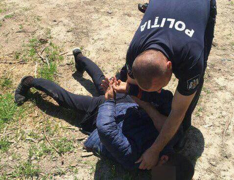 Doi tineri, reținuți după ce au furat 2 taxi-uri și au jefuit mai multe persoane