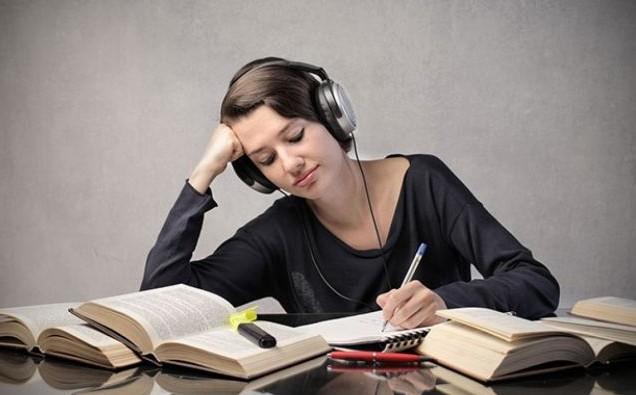 Asculți muzică când lucrezi? Iată ce efect are aceasta asupra concentrării