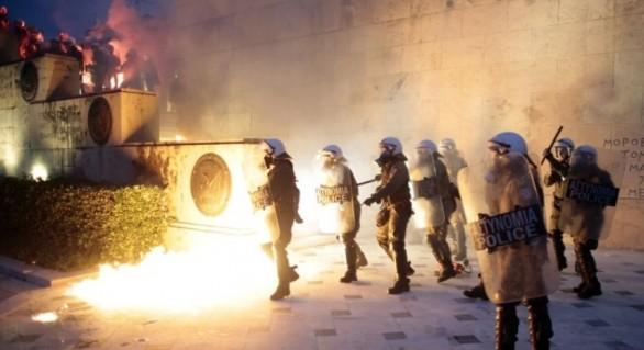Autorităţile elene au intervenit cu gaze lacrimogene, după ce protestatarii au aruncat cocktailuri Molotov în Parlament