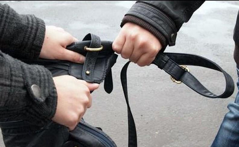Dimineață cu ghinion pentru o femeie din Republica Moldova: Niște necunoscuți i-au furat geanta cu bani