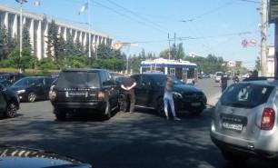 (GALERIE FOTO) Accident de lux în centrul Chişinăului: Un Mercedes s-a ciocnit cu un Range Rover
