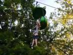(VIDEO) Adolescentă de 14 ani, internată la spital după ce a căzut dintr-o telegondolă de la 8 metri înălţime. Fata a fost prinsă de trecători