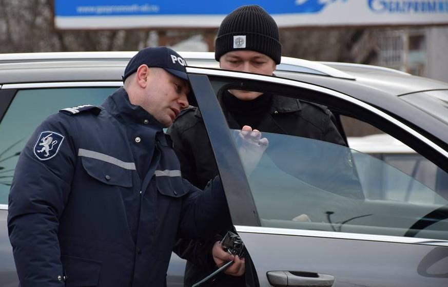 """Poliția """"vânează"""" mașinile cu geamuri umbrite: Ce amenzi riscă șoferii"""