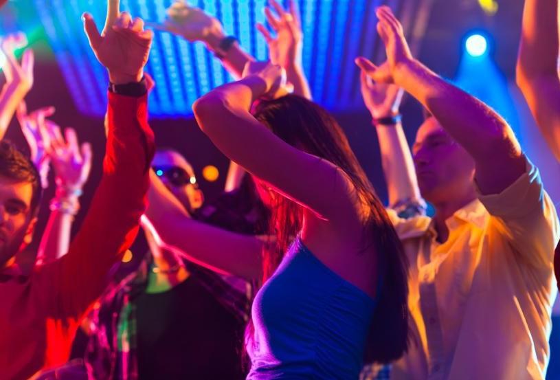 Un tânăr și prietena sa au jefuit un al tânăr, după o noapte petrecută în club: Ce scenariu au creat aceștia