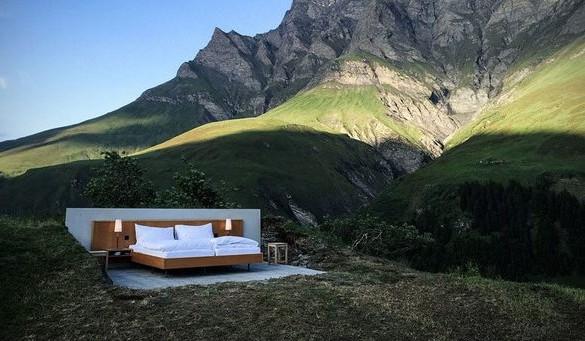 """(FOTO) Hotel de """"zero stele"""", în Elveţia, fără ziduri, cu un singur pat sub """"acoperişul"""" stelelor"""