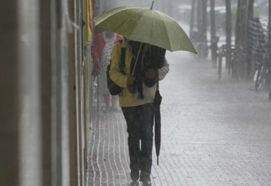(METEO) Meteorologii anunță și pentru mâine ploi cu descărcări electrice: Cum va fi vremea în weekend