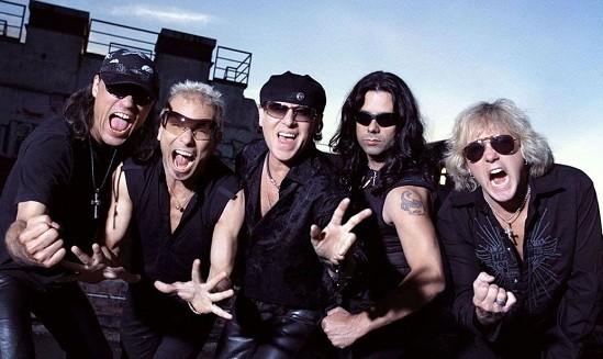 Un intrus a spart locuința chitaristului trupei Scorpions și a amenințat-o cu pistolul pe partenera acestuia