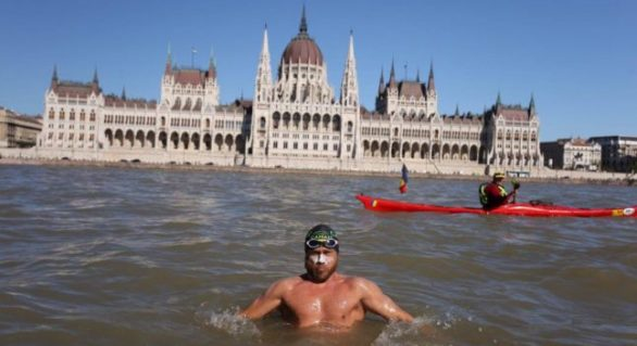 Un român parcurge în înot Dunărea de la izvoare până la Marea Neagră. După 1.200 km a ajuns la Budapesta