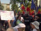 """(VIDEO LIVE) Protestatarii au ajuns la Președinție: """"PD-PSRM, ciuma roșie"""""""