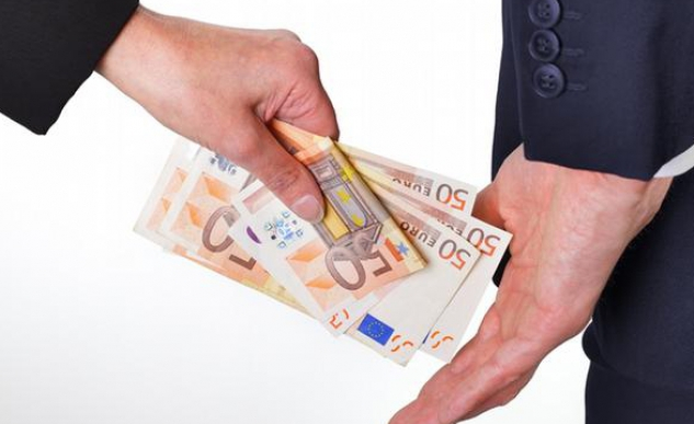 650 de euro pentru eliberarea permisului de conducere: Administratorul unei școli auto a fost reținut în flagrant