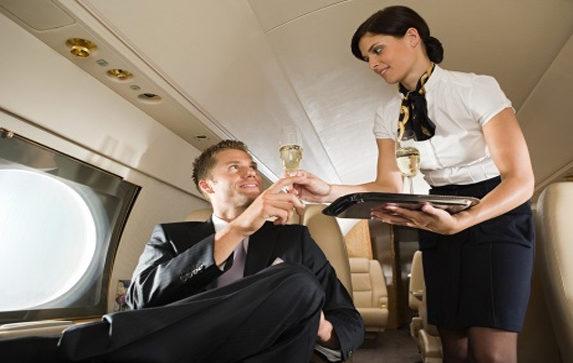 Băutura pe care însoțitoarele de bord preferă să nu o comanzi: Care este cauza