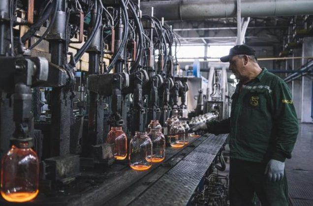 După un an de pauză, Fabrica de sticlă din Chișinău și-a reluat activitatea: Ce produse noi își propune să aducă pe piață