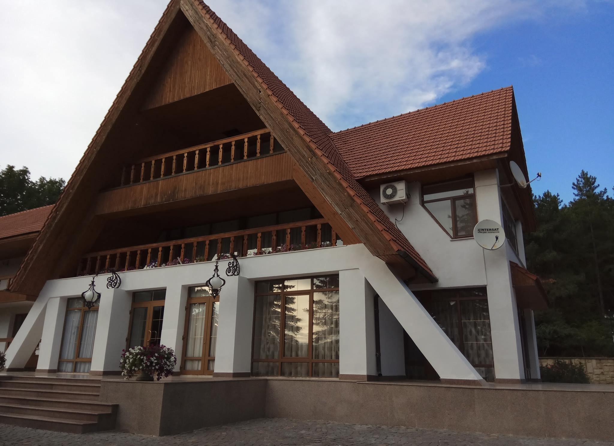 (GALERIE FOTO) Cum arată vila prezidențială de la Condrița: Igor Dodon a dus jurnaliștii chiar și în beci
