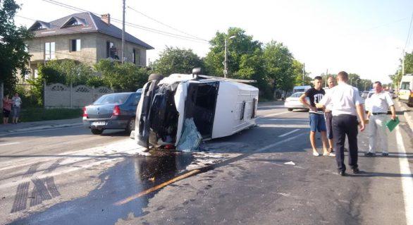 (FOTO) Microbuz cu 20 de pasageri implicat într-un accident rutier la Peresecina. Cel puțin șase persoane, internate