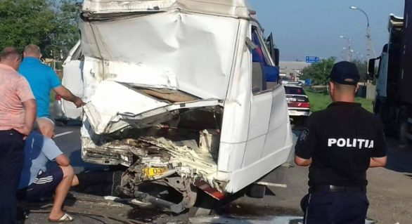 (FOTO) Accident grav la Anenii Noi. Un microbuz cu pasageri a fost lovit de un TIR