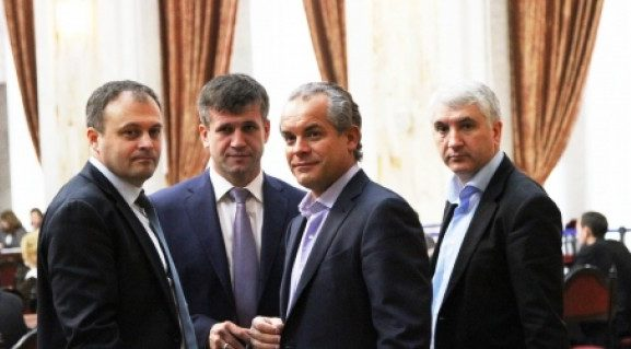 """PD a angajat două firme de lobby pentru a-şi """"lustrui"""" imaginea;  """"Borsetka"""" lui Plahotniuc a semnat contractele de jumătate de milion de dolari"""