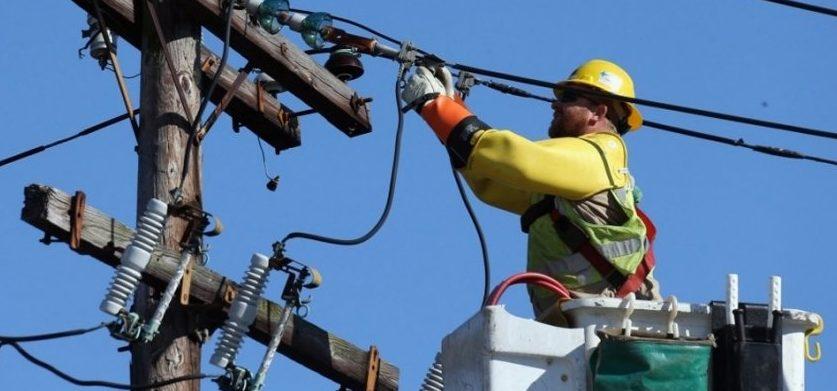 Un șofer din Republica Moldova a fost electrocutat în timp ce încerca să-și repare camionul