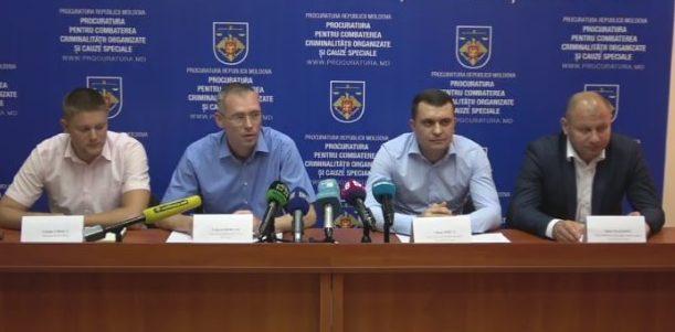 Contrabandă cu anabolizante în proporții deosebit de mari: 100 de mii de euro, arme, telefoane și steroizi, au fost găsite la domiciliile suspecților