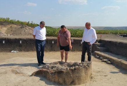 (FOTO) Un cuptor de olărit de circa 6 tone și alte capodopere preistorice, descoperite în cadrul unei expediții la Edineț
