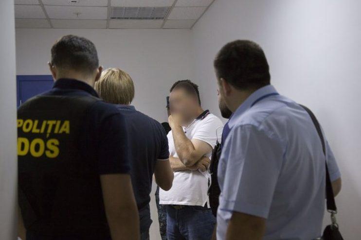 Trei infractori străini, condamnați pentru escrocherie și trafic de copii se ascundeau în Republica Moldova: Aceștia au fost extrădați