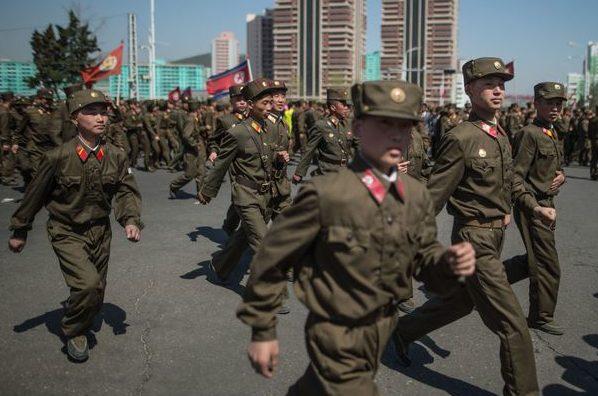 (VIDEO) Sute de studenţi nord-coreeni, înrolaţi în armată în urma tensiunilor dintre Phenian şi SUA