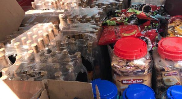 Cantităţi impunătoare de băuturi contrafăcute și produse alimentare expirate, depistate la un agent economic din Basarabeasca