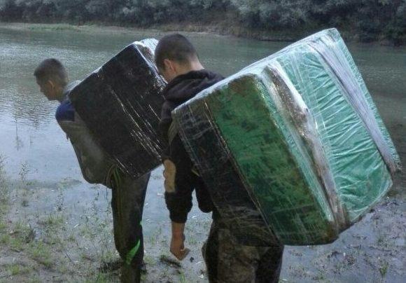 """Mai mulți tineri voiau să treacă ilegal Prutul 3 colete """"misterioase"""": Ce au descoperit polițiștii"""