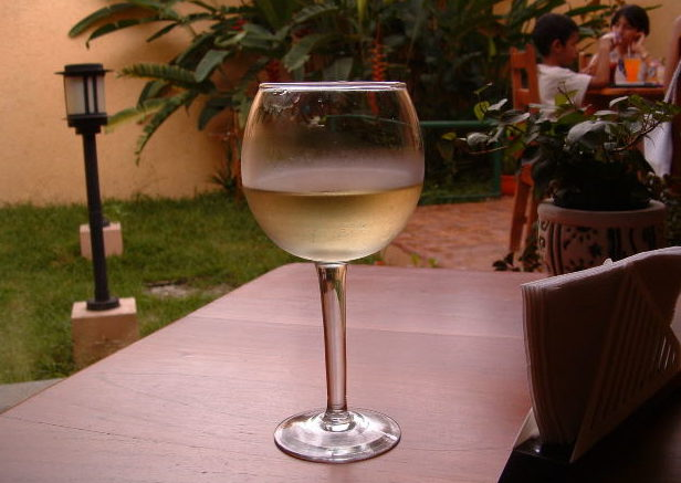 Cum răcești un pahar de vin fără să-l diluezi cu gheață