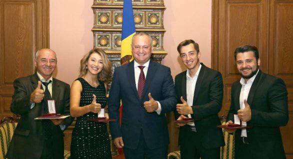(FOTO) După SunStroke Project, Igor Dodon oferă distincţii şi membrilor altei trupe din Moldova