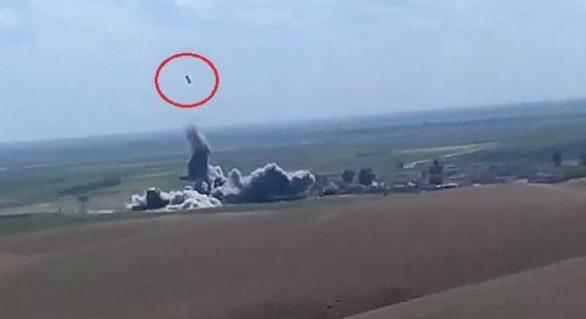 (VIDEO) Imagini impresionante: O mașină capcană a ISIS lovită de o rachetă SUA e proiectată în aer, unde explodează