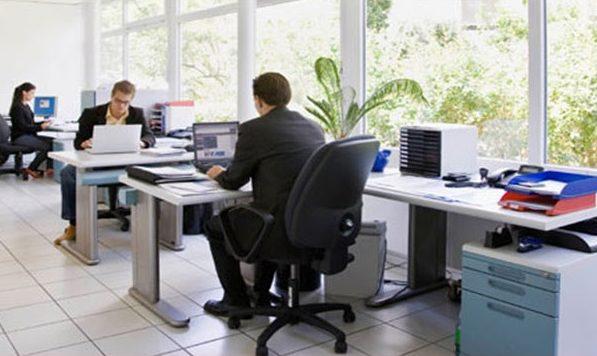 Obicei nociv: Ce riscă cei care stau 8 ore pe zi la birou