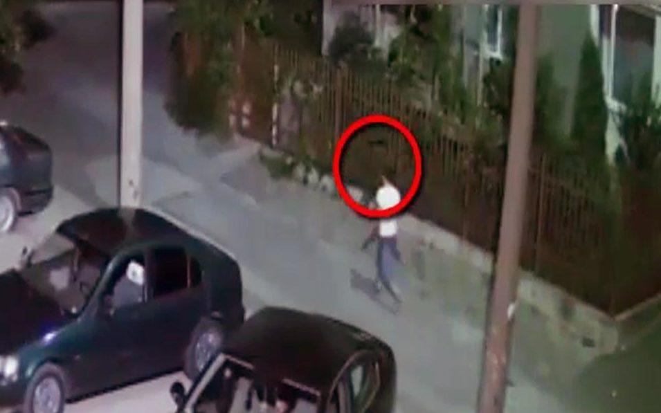 (VIDEO) Individul din imagini este căutat de poliție: Ar fi atacat o femeie în vârstă de 53 de ani şi i-a furat banii