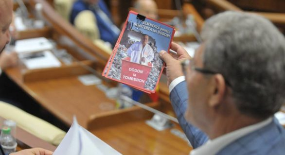 """(FOTO) """"Semnează pentru demiterea lui Dodon"""": Ghimpu, surprins că face """"agitație"""" în Parlament"""
