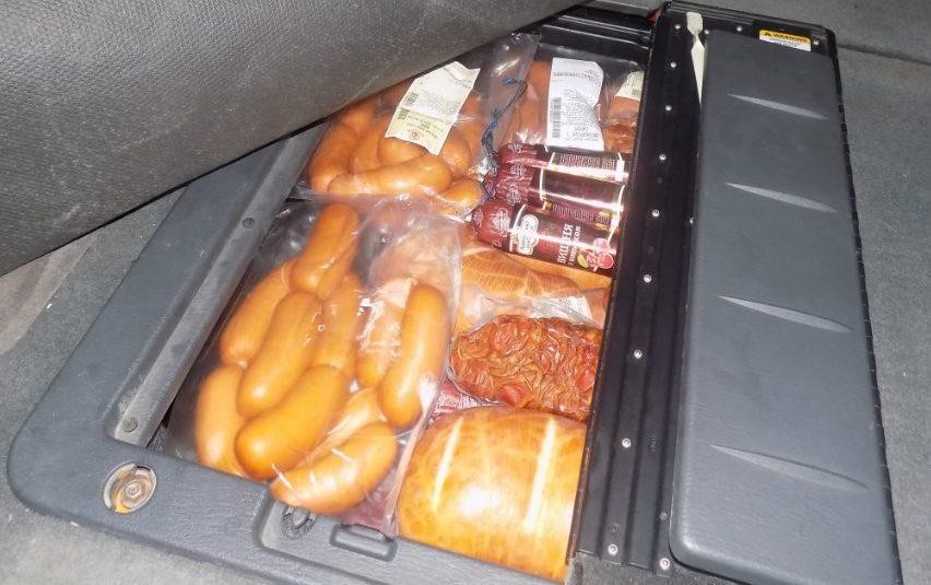 (FOTO) Mezeluri din carne, care ar putea fi infectate cu pesta porcină africană, au fost găsite la vamă