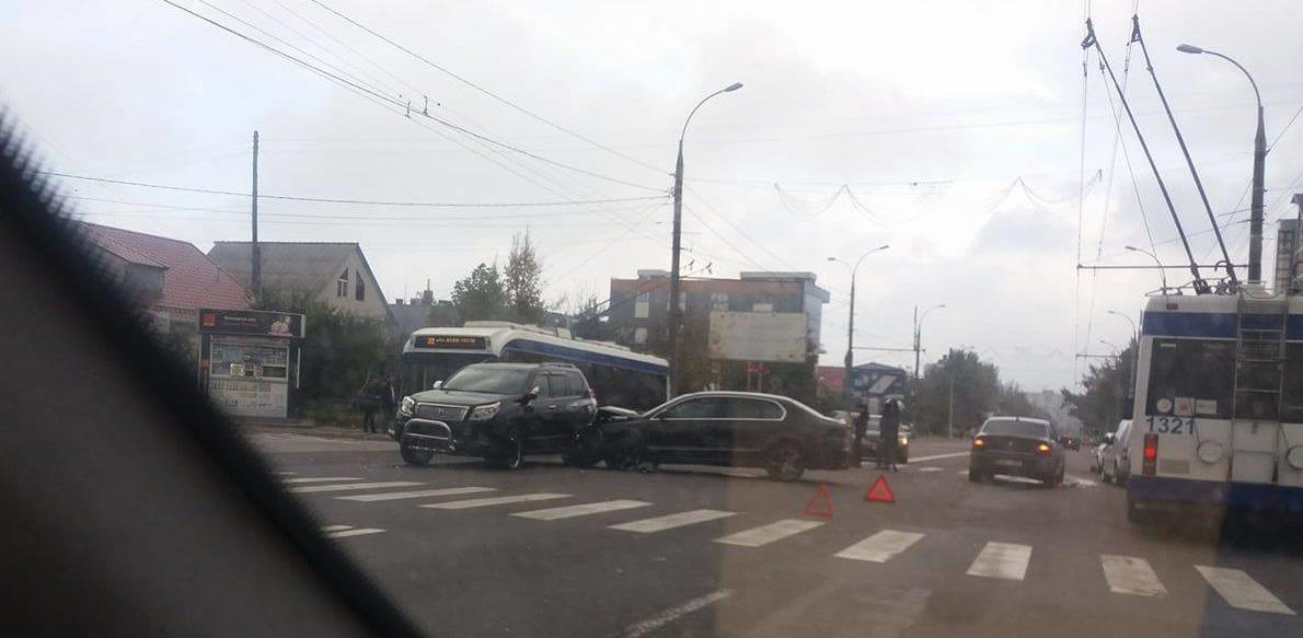 (FOTO) Două accidente la Buiucani. La o intersecție s-au ciocnit cel puțin patru automobile
