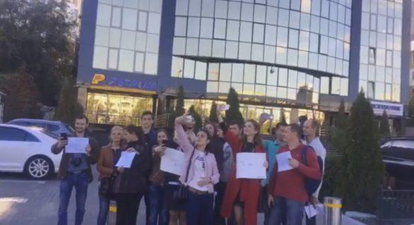 (VIDEO) Flash-mob în faţa GBC. În semn de protest, tinerii DA şi-au făcut selfie pe fundalul clădirii, dar nimeni nu a ieşit să le interzică acest lucru