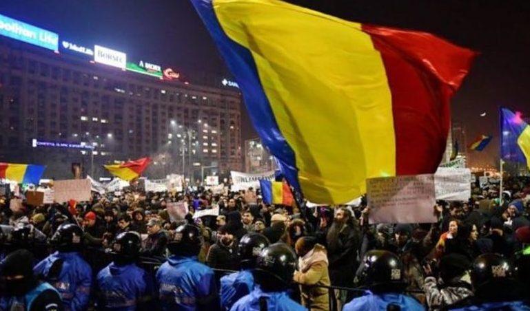 (FOTO și VIDEO) Protest în România faţă de Revoluţia fiscală; Oamenii s-au îmbrâncit cu jandarmii