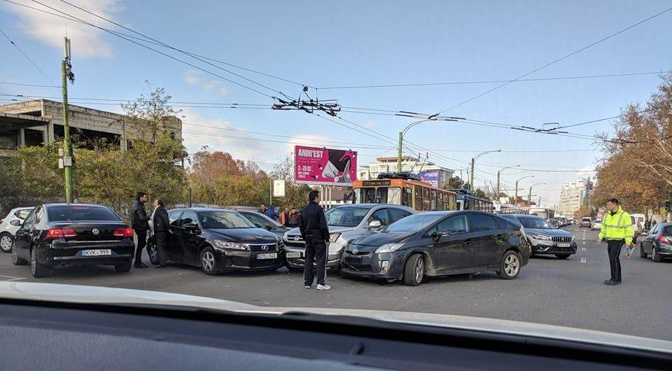 (FOTO) Accident în capitală: Trei automobile s-au tamponat într-o intersecție