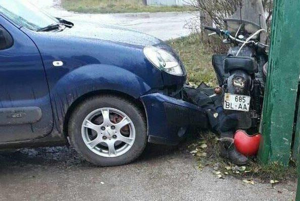 Un motociclist a murit după ce s-a tamponat cu o maşină