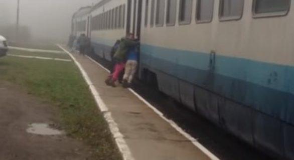 (VIDEO) Imagini extreme din Ucraina: Pasagerii împing un tren pentru a putea porni la drum