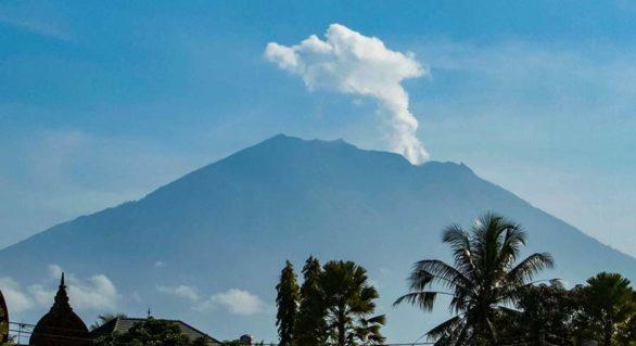 Mii de locuitori din Bali și-au părăsit locuințele de teama erupției vulcanului Agung